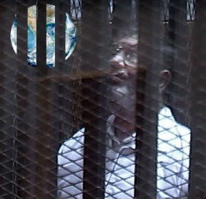 Morsi i buret i 'rets'-lokalet i Cairo